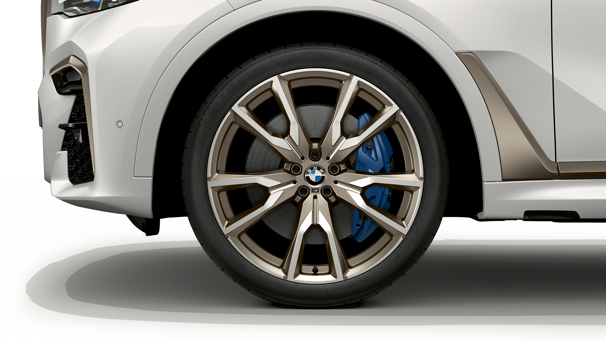 Close-up of the light alloy wheel of the BMW X7 with BMW X7 M50d features